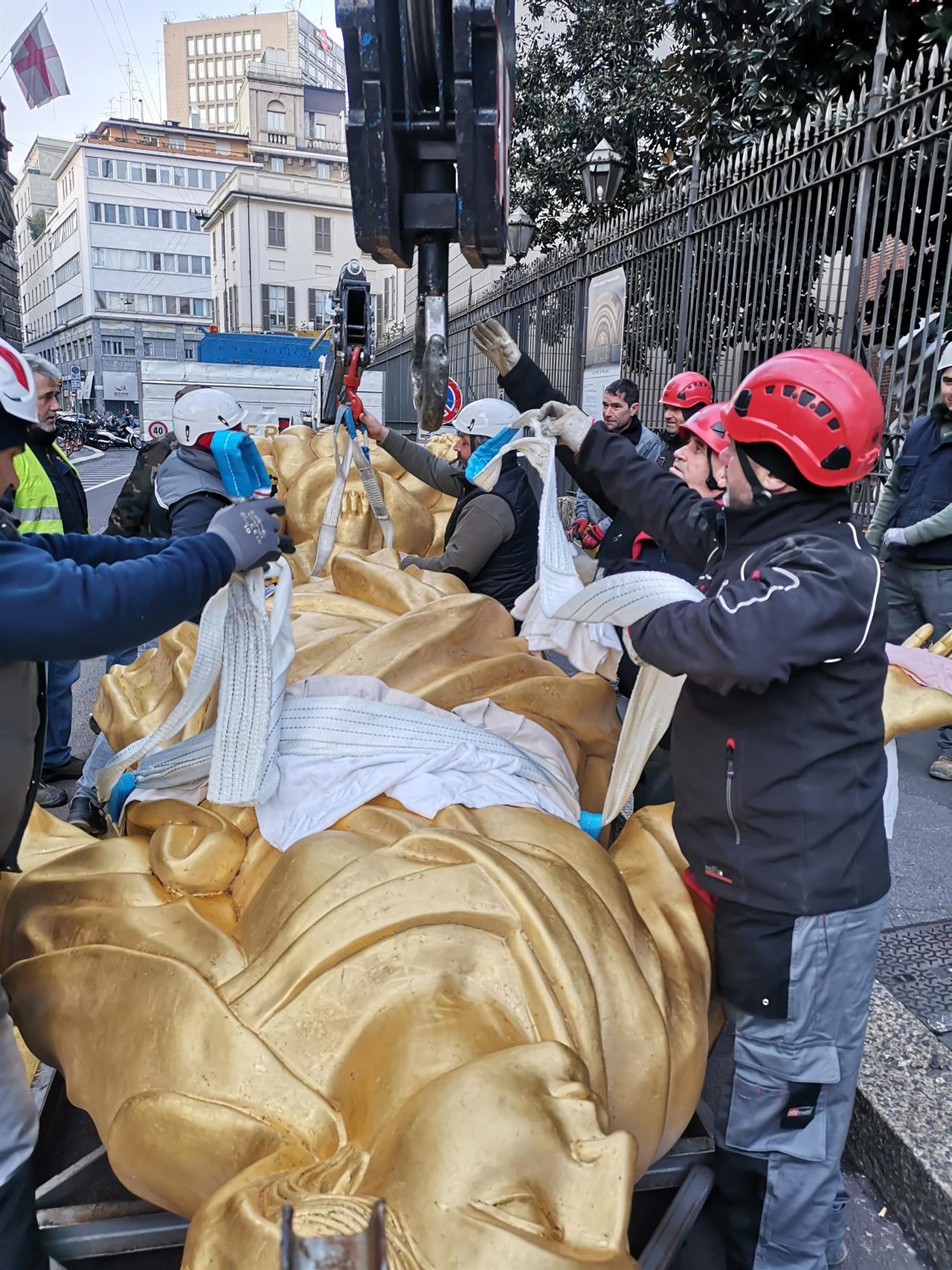 Spostamento Madonnina in Duomo